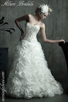 Vestido de novia color blanco, corte princesa, cuerpo entallado todo bordado con cuentas de...