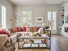 Con una distribución abierta, que gestiona con maestría la organización de los ambientes, este piso se asemeja a un mini-loft y goza de un interiorismo impecable y personal.