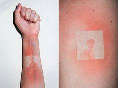 Pour son projet Illustrated People, l'artiste français Thomas Mailaender a utilisé des négatifs originaux de la collection de l'Archive of Modern Conflict qu'il a placé sur la peau de ses modèles avant de les exposer avec une puissante lampe UV de façon à en faire des tirages sur leur peau.