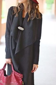 Brooches are back in vogue. Wearing a brooch today can add a touch of elegance to any outfit from tee-shirts to evening gowns and everything in between. Look Fashion, Winter Fashion, Womens Fashion, Fashion Trends, Die Queen, Winter Stil, Looking For Women, Blazer, What To Wear