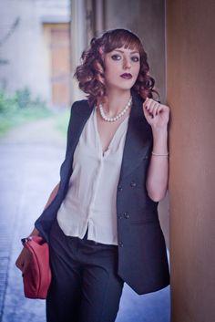 La donna di classe veste l'eleganza in ogni momento del giorno: per l'ufficio Giulia sceglie il Cilindric Iron di #hairartitaly (art. 425) e realizza i boccoli in soli 5 minuti. Prova anche tu, Let's Curl! #hair #piastrecapelli