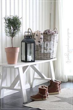 rungollinen rosmariini, sisustus, koti, maalaisromanttinen koti, rottinkinen kori Funny Ideas, Mudroom, Bassinet, Sweet Home, Room Ideas, Colours, Interiors, Rustic, Decoration