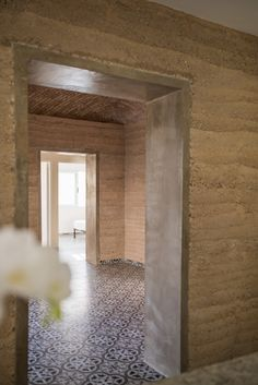 Image 5 of 27 from gallery of Earth House / earthLAB Studio. Photograph by Leo Espinosa Maison Earthship, Earthship Home, Rammed Earth Homes, Rammed Earth Wall, Sustainable Architecture, Contemporary Architecture, Residential Architecture, Pavilion Architecture, Mud House
