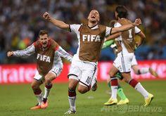 サッカーW杯ブラジル大会(2014 World Cup)決勝、ドイツ対アルゼンチン。マリオ・ゲッツェ(Mario Goetze、写真外)の先制点に歓喜するドイツのルーカス・ポドルスキー(Lukas Podolski、2014年7月13日撮影)。(c)AFP/FABRICE COFFRINI ▼14Jul2014AFP|ドイツが延長制し4度目のW杯制覇、ゲッツェが決勝点 http://www.afpbb.com/articles/-/3020416 #Brazil2014 #Germany_Argentina_final