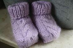Bij het zoeken naar nog meer en vooral andere babysokjes stuitte ik op deze sokjes: Ze komen van een Duits-talige blog epipa . De bes... Baby Boots, Chrochet, Baby Knitting Patterns, Booty, Google, Tricot, Ideas, Crochet, Crocheting