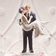 【ロマンチック編】Swept Up in His Arms 新郎がそっと新婦を抱きかかえ、 見つめあう二人かとてもロマンチックなケーキトッパー☆【MimiJ Bridal】http://mimijbridal.comより購入可能です♪