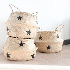 Grand panier boule naturel en jonc de mer avec étoiles noires. Il sera parfait pour y ranger les plaids, les magazines, vous pouvez également l'utiliser en cache-pot. Il se rabat pour former une corbeille. Dimensions : 45 cm x 32 cm.