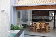 Foto: Reprodução / Cláudia Breias Outdoor Dining, Outdoor Spaces, Outdoor Decor, Backyard, Patio, Outdoor Kitchen Design, Minimalist Home, Interior Design Living Room, My Dream Home