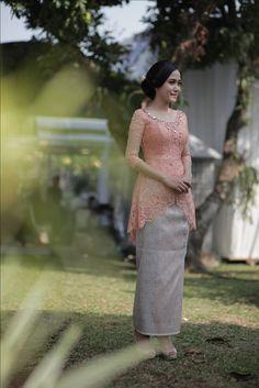 Engagement Day #kebaya #tenun #songket #kebayainspiration #inspirasikebaya #indonesia #wedding #engagement #peach #mint #green #flowers #decoration #rustic #shabbychic #seserahan Kebaya Modern Hijab, Model Kebaya Modern, Kebaya Hijab, Kebaya Brokat, Dress Brokat, Batik Kebaya, Kebaya Dress, Kebaya Muslim, Batik Dress
