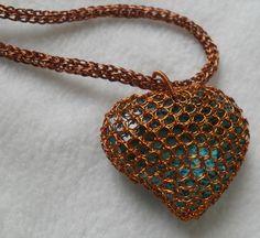 murano de forma corazón engastado con alambre de cobre esmaltado
