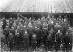 Arbetarna på Sjötorps varv på 1890-talet. Sjöhistoriska museet