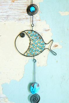 Rybička z hlubin / Zboží prodejce mat. Wire Crafts, Bead Crafts, Wire Wrapped Jewelry, Wire Jewelry, Aluminum Foil Art, Mermaid Wall Decor, Diy Wind Chimes, Fish Sculpture, Rock And Pebbles