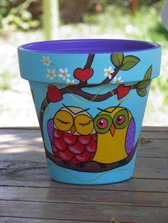 owl love :~D Flower Pot Art, Flower Pot Design, Clay Flower Pots, Flower Pot Crafts, Clay Pots, Painted Plant Pots, Painted Flower Pots, Clay Pot Projects, Clay Pot Crafts