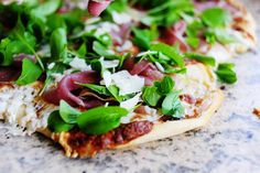 fig prosciutto pizza with arugula