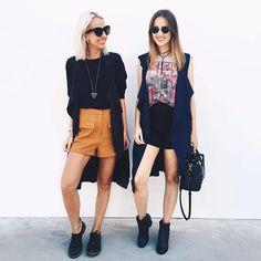 mood twinsies? temos!  nos looks de hoje rolou duplinha de maxi coletes (preto & navy-blue by @fashfinds_ ), t-shirt estampada do amô, camel e pontos de preto pra finalizar.