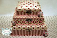 KIT DE CAIXAS DE CORUJINHAS PARA QUARTO DE BEBÊ www.bibelodeluxo.com.br Kit de caixas para deixar o quarto do bebê ainda mais mimoso com o tema corujinhas, do Bibelô de Luxo - Ateliê de Idéias. Nas cores marrom, rosa e creme, os tecidos escolhidos variam entre o floral, o listrado e as corujinhas, tema principal do kit. Muito versáteis, as caixas são empilháveis, sendo somente a menor delas com a tampa estofada. 100% forradas com tecido, a maior caixa deste kit possui aproximadamente 30x30 e…