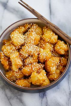 Best ever honey sesame chicken. Easy honey sesame chicken recipe with fried chicken pieces in a sticky sweet and savory honey sesame sauce. Easy Delicious Recipes, Easy Chicken Recipes, Beef Recipes, Cooking Recipes, Yummy Food, Healthy Food, Recipies, Easy Asian Recipes, Honey Recipes