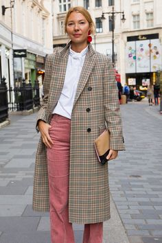 The best street style from London Fashion Week Trend Fashion, Fashion Outfits, London Fashion Weeks, Coat Outfit, Pants Outfit, Mode Outfits, Winter Outfits, Summer Outfits, Fashion Clothes