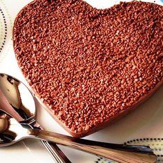 Chocolate Belga recheado de um inesquecível Bolo de Brigadeiro! Ótima ideia de gift para comer a dois, apesar de saber que algumas pessoas não conseguirão dividir! FOUND IT! - presentes especiais para todas as ocasiões.