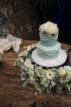 Love the wreath around the cake