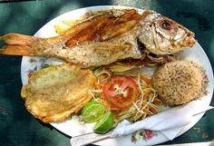 Pescado frito con arroz de coco y patacón - plato típico colombiano