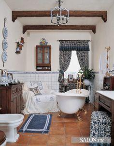 Ванная комната + еще душ, выложенный плиткой под гжелку и большой медный распылитель. моя мечта