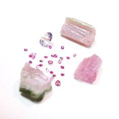 Rosa não só em outubro.. #Turmalinas #safiras e #ametista em destaque hoje no atelier! Preparaçao e estudo para uma encomenda especial!  #prettyinpink #pinkoctober #behindthescenes #gemstones #design #bespoke #commision