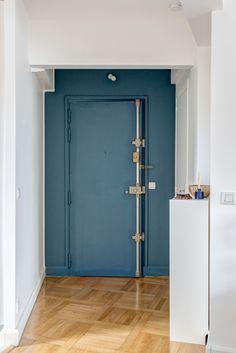 Porte d'entrée bleu canard et parquet ancien - réaménagement d'un 60 m2 parisien par Mon Concept Habitation