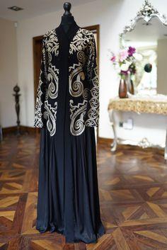 Al Mazyoona Black Embroidered Party Wedding Bisht by Almazyoona Niqab Fashion, Kimono Fashion, Modest Fashion, Fashion Outfits, Islamic Fashion, Ethnic Fashion, Modern Abaya, Abaya Designs, Maroon Dress