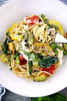 Spaghetti with Burrata and Veggies Creamy, decadent burrata cheese melts into every bite of this eas Veggie Spaghetti, Spaghetti With Spinach, Spaghetti Recipes, Vegetarian Spaghetti, Pastas Recipes, Real Food Recipes, Dinner Recipes, Healthy Recipes, Gnocchi Recipes
