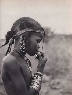 The Wodaabe also known as Bororo are nomadic cattle-herders and traders that forms a subset of the larger Fulani (Fulbe) ethnolinguistic gro. We Are The World, People Of The World, Lausanne, A Well Traveled Woman, Pub Set, African Tribes, African History, African Culture, African Beauty