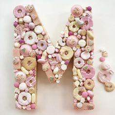 M Como me gustan los pasteles de @frances_quinn !!! Esta M es pura inspiración !!!