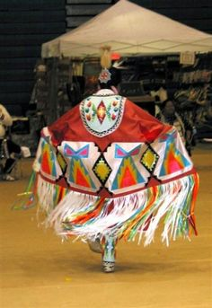As the leaves change, 1 of my favorite things to do is watch my people dance and rejoice! Fancy shawl at MIEG Fall Pow Wow Native American Regalia, Native American Beauty, Native American Crafts, Indian Pow Wow, Native Indian, Native Art, Fancy Shawl Regalia, Powwow Regalia, Native American Pictures