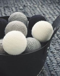 Tarvikkeet: villalankaa styroxpallo liimaa pensseli rautalankaa Materials: woolthread styrofoamball glue brush wire 1. Levi...