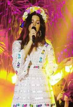 Belo horizonte // Lana Del Rey performing in a white dress and wearing a flower crown