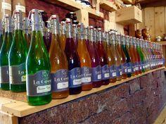 Raakapuu ja punainen graniitti sopivat loistavasti maahantuomiemme La Gossen limonadien myyntialustaksi. 35 eri väriä rikastuttaa meidän sekä jälleenmyyjiemme myymälöitä.