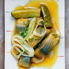 Śledzie w curry z ogórkiem konserwowym | Kwestia Smaku