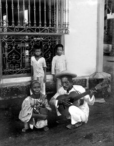 Blind street musician in Tondo Filipino Culture, Street Musician, Filipiniana, Mindanao, Cultural Studies, Spanish Colonial, Vintage Pictures, Old World, Old Photos