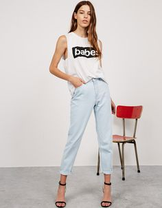 Jeans 'Mom Fit'. Descubre ésta y muchas otras prendas en Bershka con nuevos productos cada semana