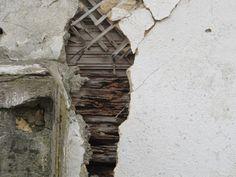 Дом деревянный, построен из  бруса, обшит обрезной доской, оббит шалевкой и  оштукатурен