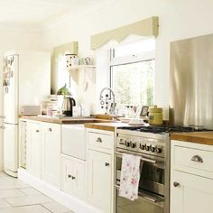 more or less my dream kitchen. I totally love the pelmets!!!