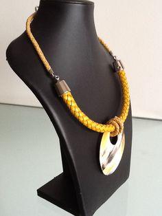 - Maxi Colar em trama de Couro e Resina - Acabamento em Metal - Fecho Jóia. Confira o Preço, mais fotos e informações clicando no Link!! Macrame Earrings, Crochet Necklace, Beaded Necklace, Necklaces, Handmade Beaded Jewelry, Macrame Tutorial, Bohemian Necklace, Fabric Jewelry, Leather Jewelry