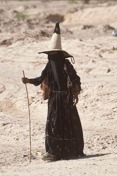 Woman from the Hadhramaut region of the Republic of Yemen YES I know, not a witch. but look at that amazing silhouette, hat, fabric. Population Du Monde, Costume Ethnique, A Well Traveled Woman, Arte Tribal, Folk Costume, Devil Costume, Witch Costumes, Fantasy Costumes, The Republic