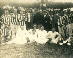 Een aantal kaatsers bij een wedstrijd Jeu de Pelote tegen een Belgische ploeg in Gaasterland, circa 1916.