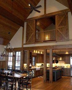 ein echtes Scheunenhaus mit hellem Holz auf dem Boden, der Decke und den Scheunentüren