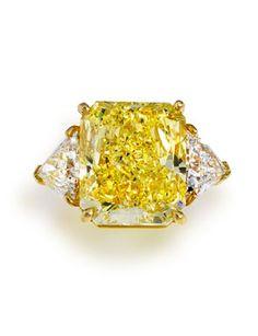 A fancy colored diamond and diamond ring, Bulgari. Sold USD 590,500. Photo: Courtesy of Bonhams