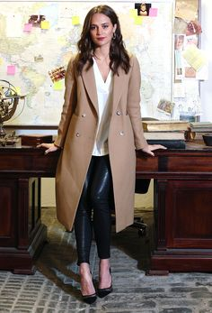Alicia Vikander in a tan coat, black leather pants and heels - click through for more outfit ideas Star Fashion, Womens Fashion, Fashion Trends, Fashion 2018, Fashion Dresses, Mantel Outfit, Camel Coat Outfit, Black Leather Pants, Pu Leather