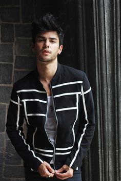 I'vechosen only pieces in black and white, but you can totally put this jacket with. Mode Masculine, Men's Fashion Black And White, Stylish Men, Men Casual, Looks Black, Latest Mens Fashion, Looks Cool, Mannequins, Dapper