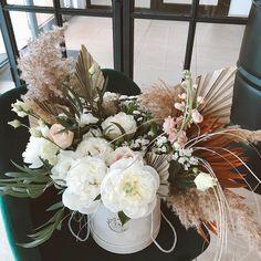 Comanda flori cu livrare in Pitesti. 🚗🌺 #livrarerapida Floral Design, Floral Wreath, Bouquet, Wreaths, Bride, Garden, Home Decor, Wedding Bride, Floral Crown
