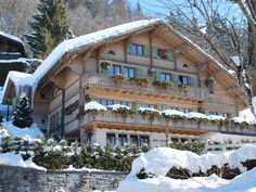 Cabin in the woods has its own charm that most of us yearns for. Chalet Chic, Chalet Style, Mountain Living, Mountain Homes, German Houses, Ski, Log Home Designs, Alpine Style, Swiss Chalet